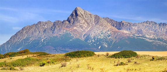 Pohled na slavný vrchol Kriváň během podzimních měsíců ve Vysokých Tatrách, Slovensko.