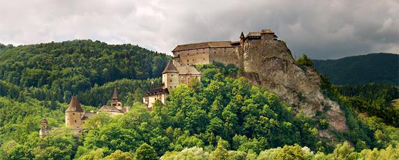 Panoramatický pohľad na Oravský hrad počas zamračeného letného dňa na Dolnej Orave, Slovensko.